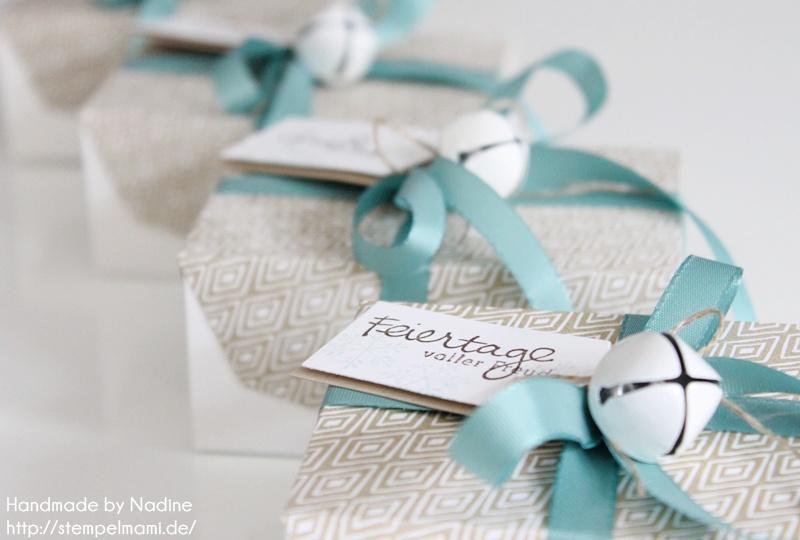 Boxen mit dem Umschlag für Geschenkkarte und Zierelemente