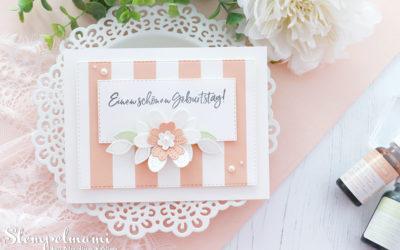 Gestreifte Geburtstagskarte mit perforierten Blumen